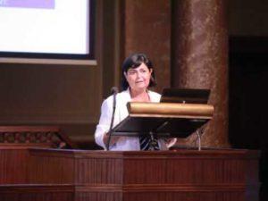 Radnainé Fogarasi Katalin jogász, a Nemzeti Örökség Intézetének elnöke. emlék 50 Ft-os bemutatása